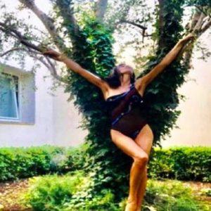 Pamela Prati prova a ripartire con una foto stile-albero e citazione copia&incolla FOTO