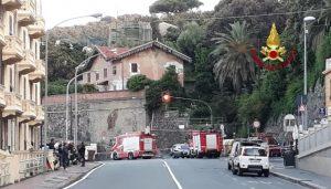 Pegli (Genova), si rompe un tubo del gas: sgomberato un palazzo, strada chiusa, treni bloccati