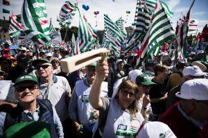 """Pensionati in piazza a Roma contro i tagli del governo: Non siamo bancomat"""""""