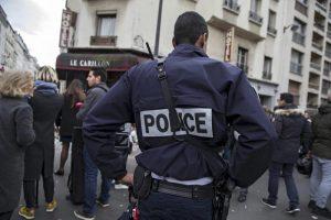 Parigi, poliziotto accoltellato da uomo armato in strada: fermato