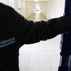 """Sardegna, poliziotto penitenziario si spara in vacanza. Sappe: """"Bonafede, se ci sei batti un colpo"""""""