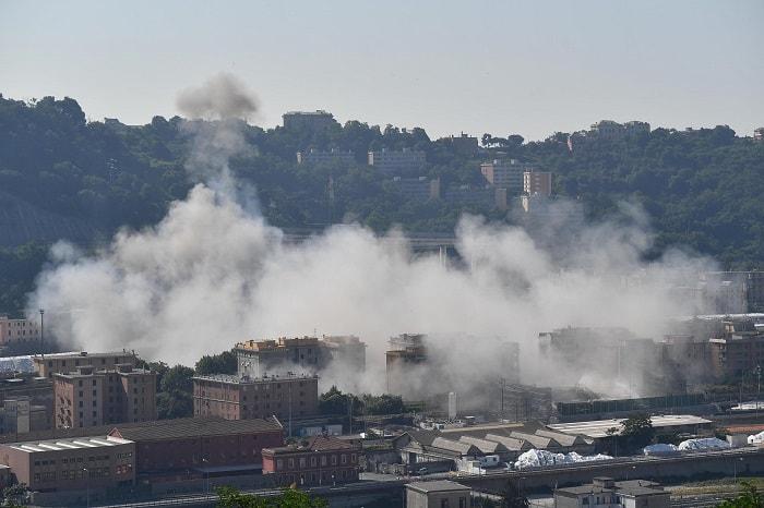Ponte Morandi, alle 9.35 demolite le pile