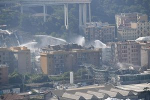 Ponte Morandi, alle 9.35 demolite le pile 2
