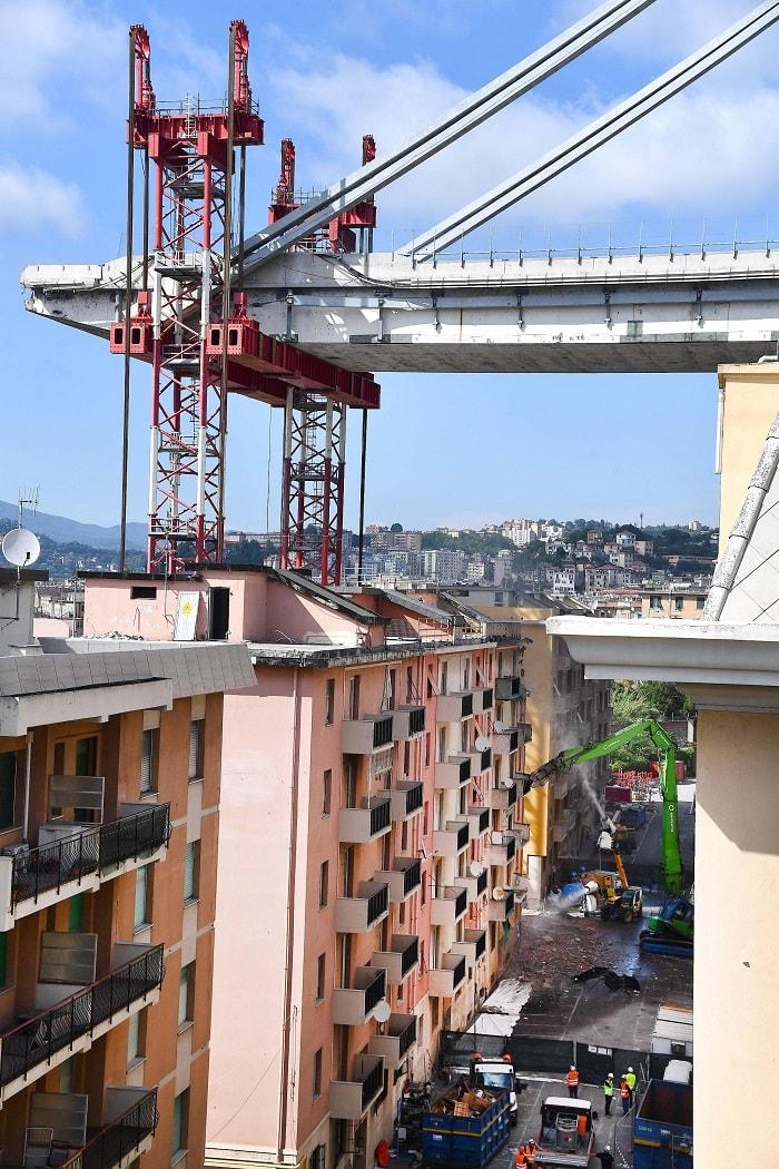Ponte Morandi, giù le prime case in via Porro a Genova