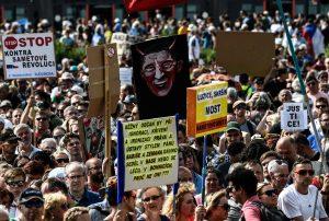 """""""Praga, migliaia in piazza contro il premier Babis, accusato di frode"""" è bloccato Praga, migliaia in piazza contro il premier Babis, accusato di frode"""