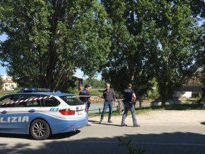 Rimini, auto non si ferma allo stop della polizia: inseguimento e sparatoria