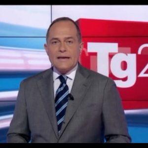 Luca Salerno (Tg2) pubblica vignetta omofoba: la sinistra da operaia a drag queen. Scoppia la polemica, lui la cancella