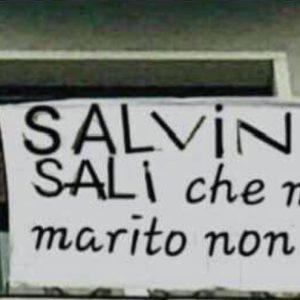 """""""Salvini sali che mio marito non c'è"""": il vicepremier plaude allo striscione. Ma è un fake FOTO"""