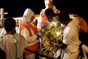 """Sea Watch attracca nel porto di Lampedusa senza autorizzazione. Applausi dal molo: """"Grazie"""""""