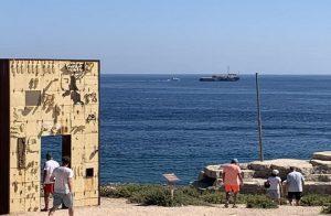 Sea Watch resta ferma a un miglio da Lampedusa circondata dalla Guardia costiera. Migranti sbarcano o no? (foto Ansa)