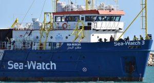 """Sea Watch forza il blocco: è in acque italiane. Salvini: """"Useremo ogni mezzo per fermarli"""""""