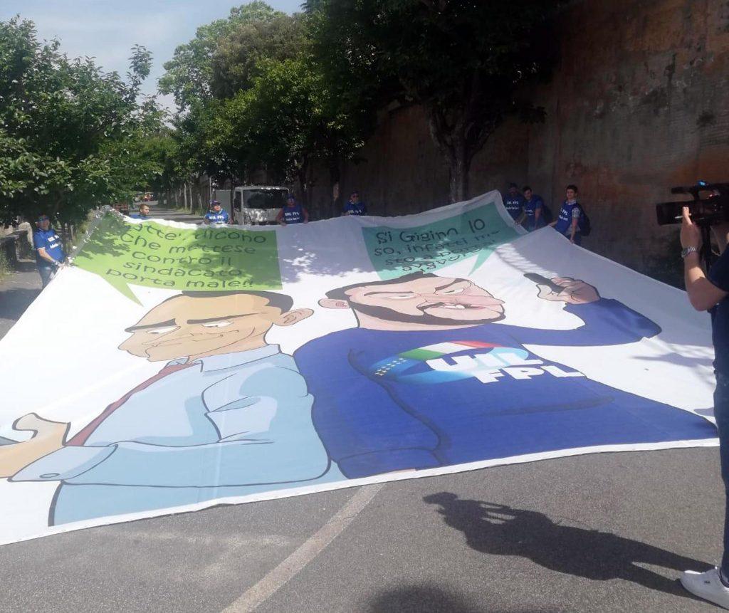 Salvini-Di Maio, striscione ironico FOTO: Uil costretta dalla Digos a rimuoverlo2
