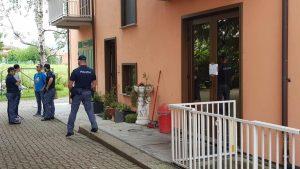 Il tabaccaio di Ivrea ha sparato dal balcone: moldavo colpito alla schiena, colluttazione inventata