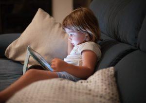Tablet e smartphone prima di andare a dormire: un bimbo inglese su tre li usa. Ma fa male al sonno