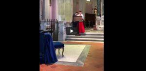 Tifoso recita inno Roma in chiesa, prete si infuria VIDEO