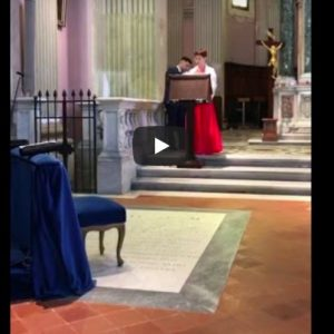 Tifoso recita inno Roma in chiesa, prete si infuria VIDEO