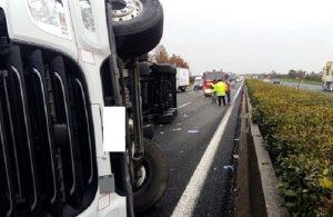 A1, tir si ribalta tra Parma e Terre di Canossa: camionista morto, traffico bloccato