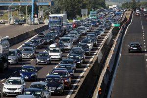 Roma, voragine sull'A1: tamponamenti a catena tra sei tir e diverse auto