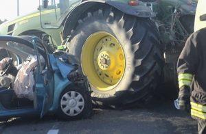 Glorie di Mezzano (Ravenna), frontale auto-trattore sulla via Reale: 3 morti