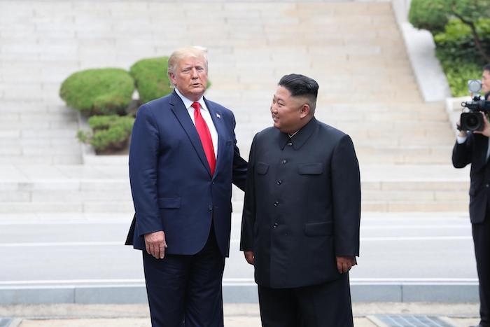 Nord Corea, storica stretta di mano Trump-Kim oltre il confine. E' il primo presidente Usa a varcarlo 02