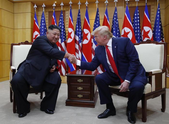 Nord Corea, storica stretta di mano Trump-Kim oltre il confine. E' il primo presidente Usa a varcarlo 03
