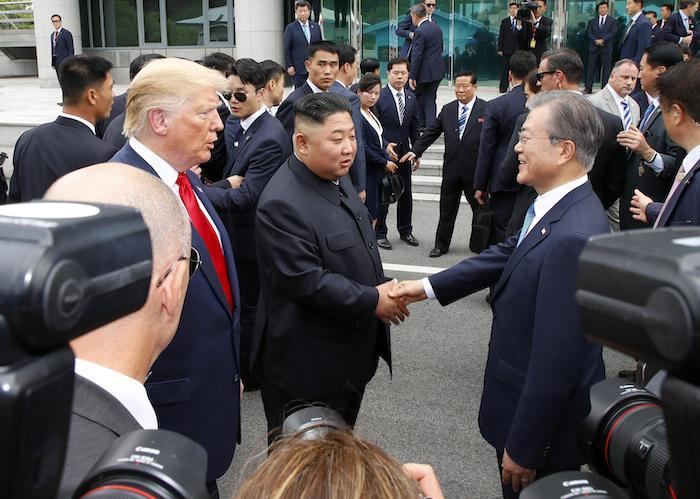 Nord Corea, storica stretta di mano Trump-Kim oltre il confine. E' il primo presidente Usa a varcarlo 04