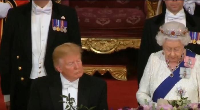 Trump dorme durante il discorso della regina