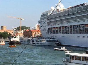 Venezia, nave da crociera Msc Opera finisce contro un battello turistico: 4 contusi VIDEO