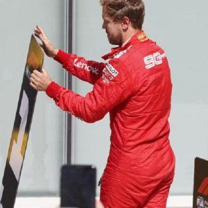 Sebastian Vettel vince ma viene penalizzato ed è secondo: scambia i cartelloni 1 e 2 per protesta FOTO