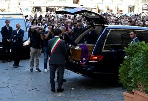 Franco Zeffirelli, applausi all'arrivo del feretro a Firenze VIDEO