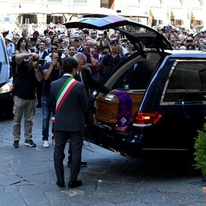 Franco Zeffirelli, applausi all'arrivo del feretro a Firenze VIDEO