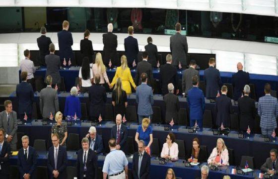 Parlamento europeo, eurodeputati di Farage pro-Brexit si girano di spalle durante inno FOTO
