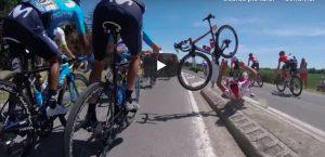 Périchon caduta rovinosa al Tour de France, a terra anche il compagno con la GoPro VIDEO