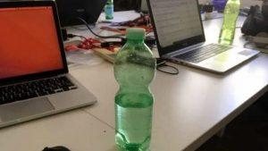 Acido nella bottiglietta d'acqua del collega: assolta per vizio totale di mente