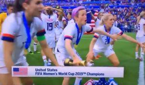 Mondiale femminile, Allie Long degli Usa lascia cadere la bandiera e quasi la calpesta VIDEO