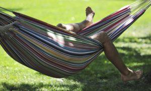 barcola turista multato perché dormiva su amaca in pineta
