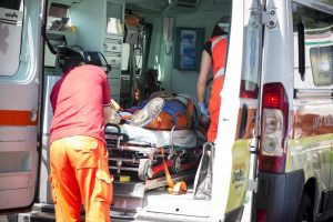 Cittiglio (Varese): ragazzo di 23 anni si fa un selfie alle cascate, scivola e muore