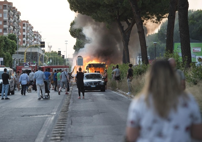 Roma, bus in fiamme a Centocelle2