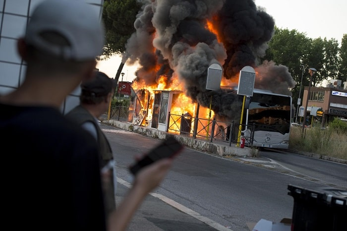 Roma, bus in fiamme a Centocelle3