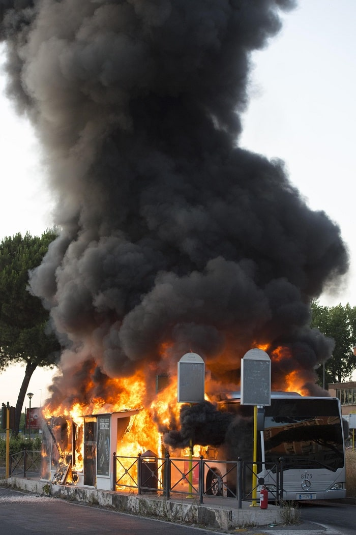 Roma, bus in fiamme a Centocelle4