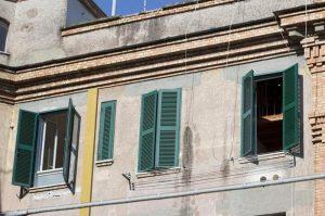 """Roma: persi i genitori, restituisce al Comune la casa popolare. Raggi ringrazia: """"Un eroe"""""""