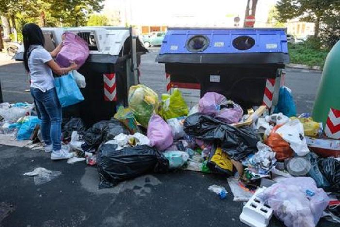 Roma: Gabrella, la colf rumena rimuove i rifiuti in strada4