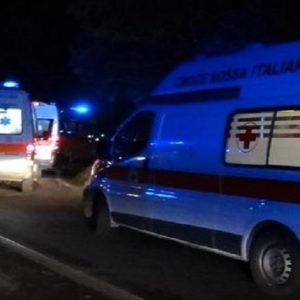 Un'ambulanza (foto Ansa)