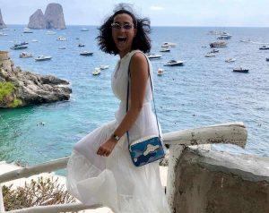"""Caterina Balivo in vacanza a Capri. Il dettaglio ecologico: """"Indosso il mio abito di nozze"""""""