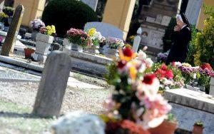 Tropea, il sindaco vieta i fiori freschi al cimitero
