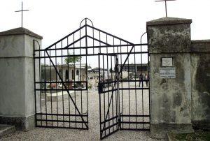 80enne cade da scala al cimitero
