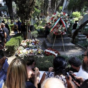 folla ai funerali di camilleri