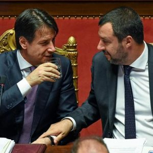 Matteo Salvini ruspa Giuseppe Conte, cerca la lite. Ma non subito, gli serve un governo nemico