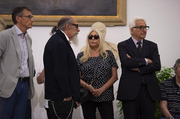 Mara Venier e Roberto D'Agostino alla camera ardente di De Crescenzo