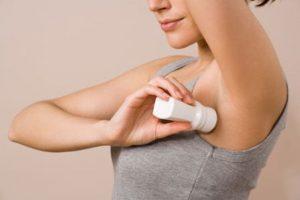 Deodoranti e cancro al seno: è vero che aumentano il rischio? Sfatiamo la bufala